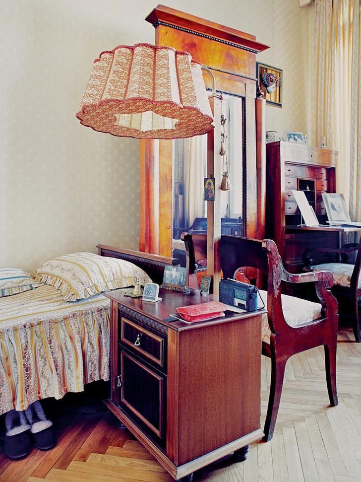 Спальня оформлена предельно просто. Из мебели здесь есть только самое необходимое: кровать, тумбочка, гардероб, два стула и письменный стол.
