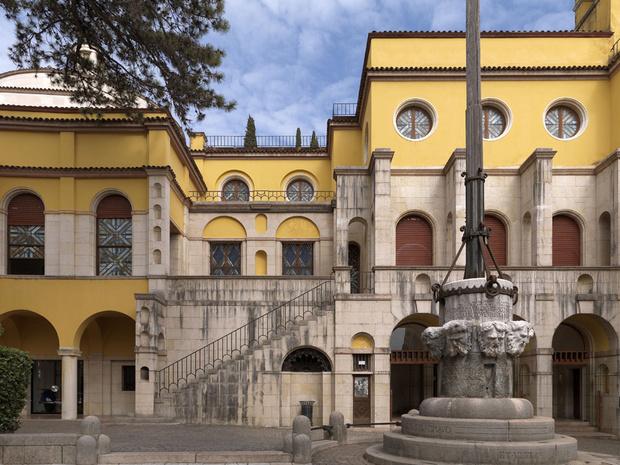 Главная площадь поместья. Лестница ведет в залы «Музея д'Аннунцио — героя», проект которого поэт, желая увековечить свои подвиги в Первой мировой войне, разработал еще при жизни.