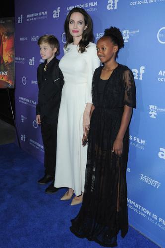 Анджелина Джоли с дочерьми на премьере в Голливуде фото [4]