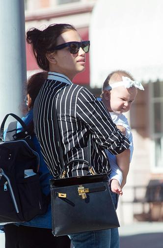 Фото дня: Ирина Шейк на прогулке с дочерью фото [2]