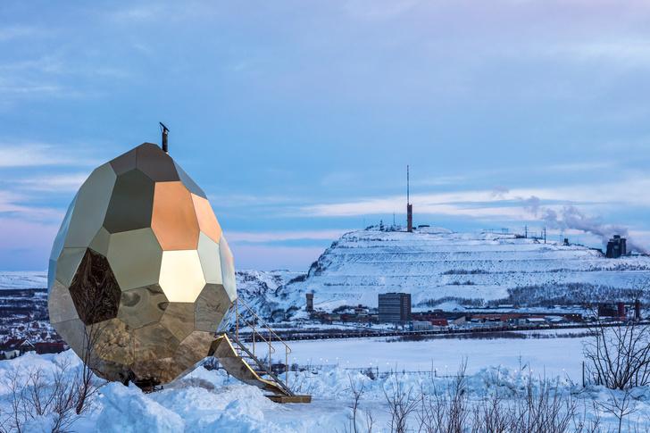 В Лапландии шведские художники построили сауну в виде золотого яйца