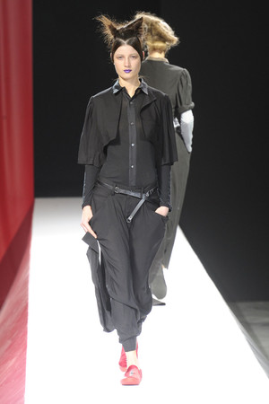 Показ Yohji Yamamoto коллекции сезона Весна-лето 2012 года Prêt-à-porter - www.elle.ru - Подиум - фото 310816