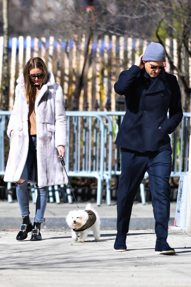 Будет весна, вы считаете? Оливия Палермо в меховом пальто и бежевом свитере с косами (фото 3)