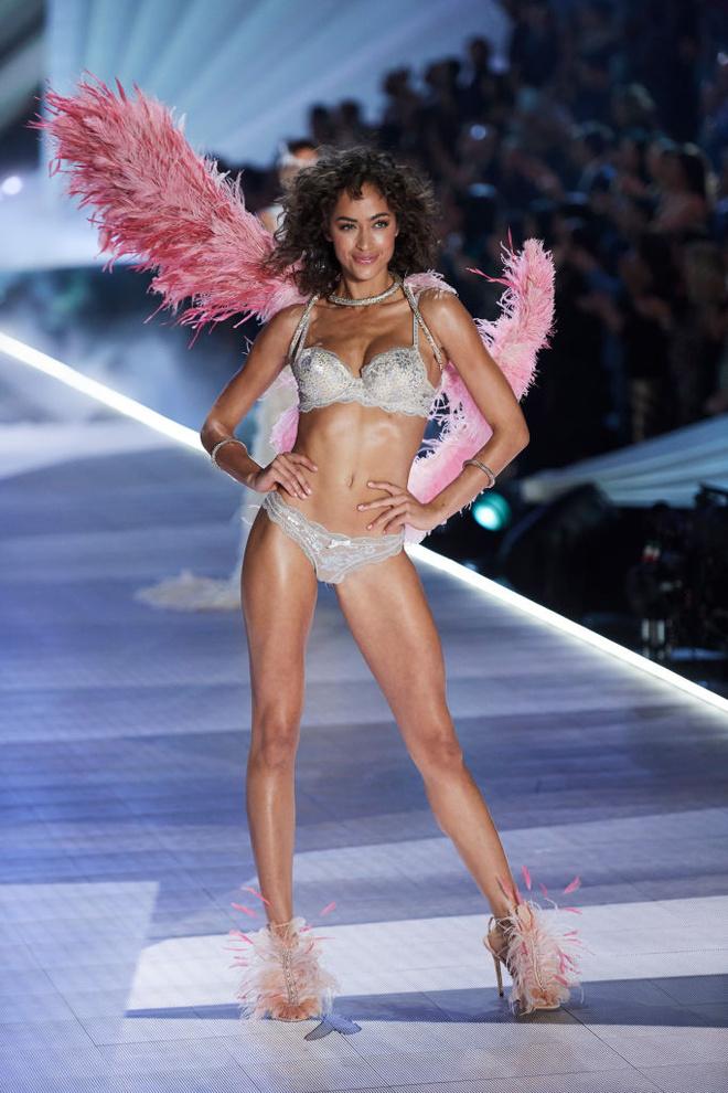 Прекрасные создания: самые яркие образы с шоу Victoria's Secret (фото 16.1)