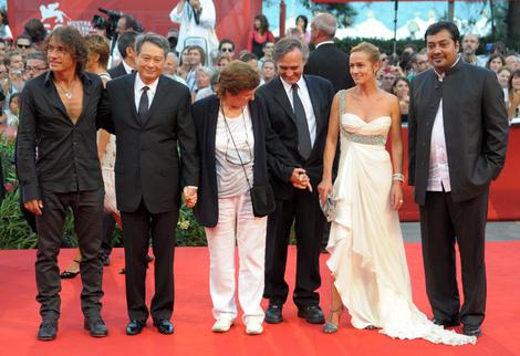 Члены жюри: актриса Сандрин Боннэр, итальянская группа Ligabue, режиссеры Лилиана Кавани и Энг Ли