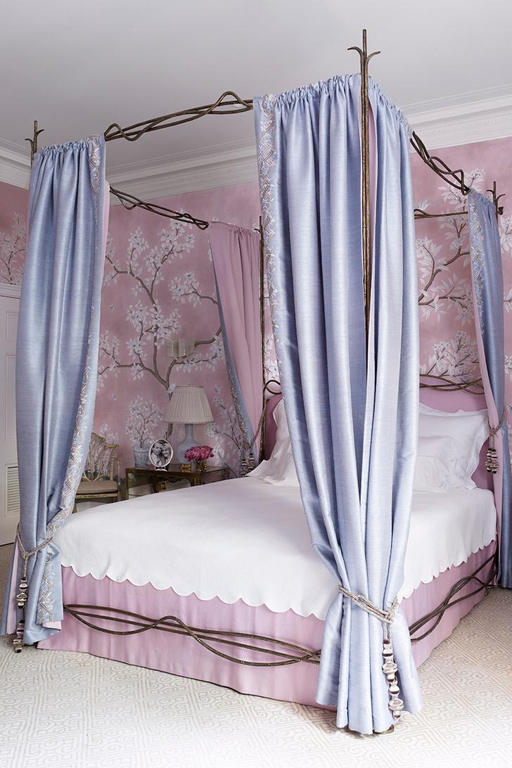 Кровать в спальне хозяев