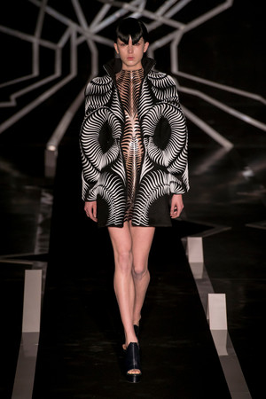 Показ Iris van Herpen коллекции сезона Весна-лето  2017 года Haute couture - www.elle.ru - Подиум - фото 616321