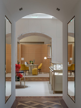 Обновленный бутик Cartier в ГУМе с барельефом (фото 3.1)