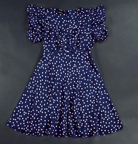 Платье из вискозы; слева: брюки из шерсти, все — TopShop