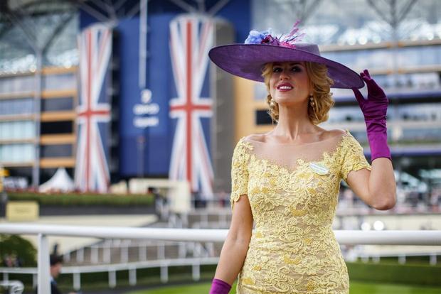 Фото №3 - Самые необычные шляпы гостей королевских скачек Аскот 2015