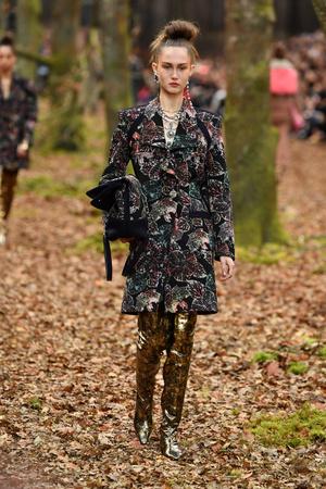 Показ Chanel коллекции сезона осень-зима  2018-2019 года Prêt-à-porter - www.elle.ru - Подиум - фото 716101