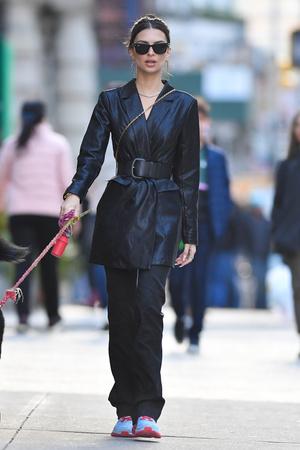 Кожаный тренч вместо пальто: Эмили Ратаковски вдохновит вас на модную покупку (фото 1.2)
