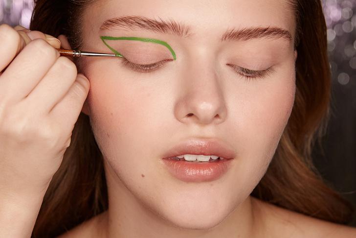 Поэтапная инструкция: 2 новогодних макияжа от визажистов Елены Крыгиной (фото 26)