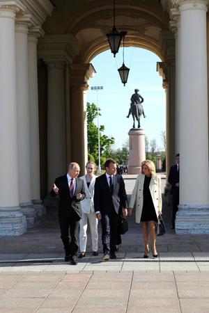 Эммануэль и Бриджит Макрон встретились с Владимиром Путиным (фото 3.2)