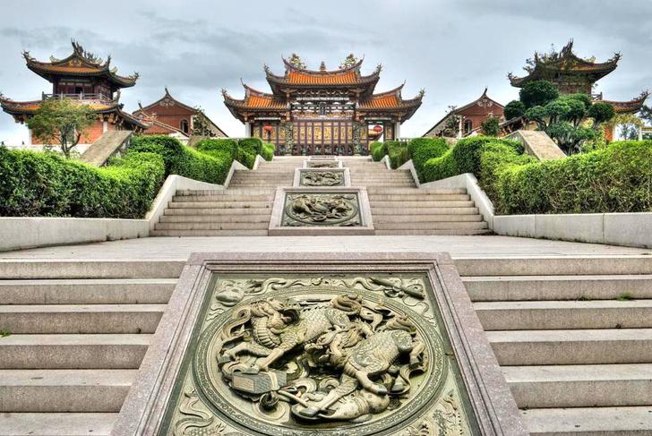 Увидеть буддийские храмы и католические церкви