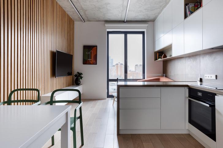 Лаконичная квартира с бетонным потолком и деревянными стенами 71 м² (фото 3)