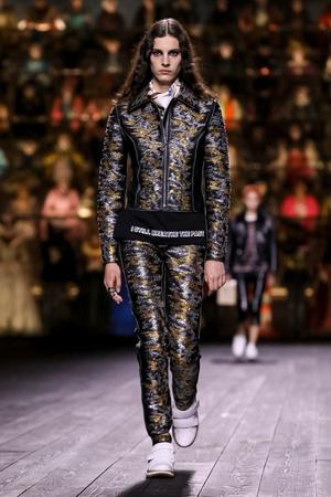 Как носить пуховик с вечерним платьем? Ответ найдете на показе Louis Vuitton (фото 11.1)