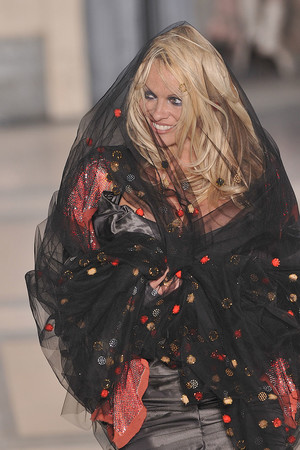 Показ Vivienne Westwood коллекции сезона Осень-зима 2009-2010 года prêt-à-porter - www.elle.ru - Подиум - фото 100207