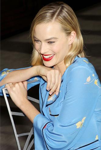 Само совершенство: Марго Робби в платье-пижаме и меховых туфлях Aquazzura (фото 4)