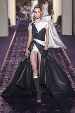 Показ Atelier Versace коллекции сезона Осень-зима 2014-2015 года Haute couture - www.elle.ru - Подиум - фото 584603