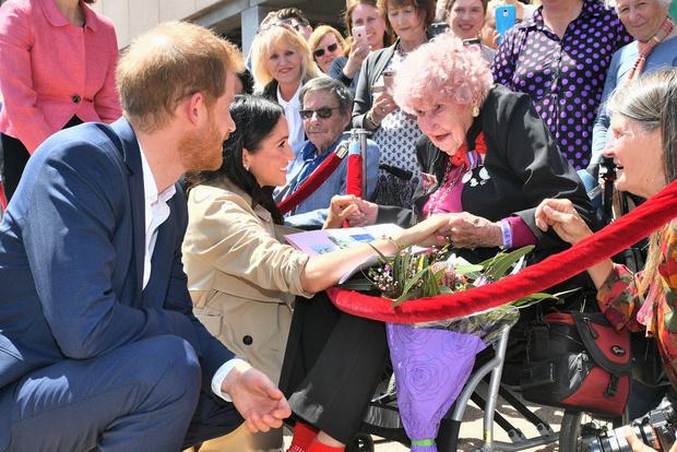 Белое платье и бежевое пальто: Меган Маркл и принц Гарри в Австралии (фото 6)