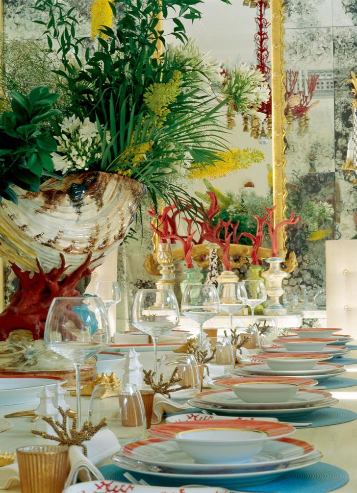 На столе — фарфоровый сервиз, Raynaud, ирасписные постаменты скораллами (Франция, XVIIIвек).