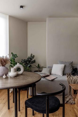 Брутальная квартира в бежевых тонах с черной спальней 72 м² (фото 2.1)