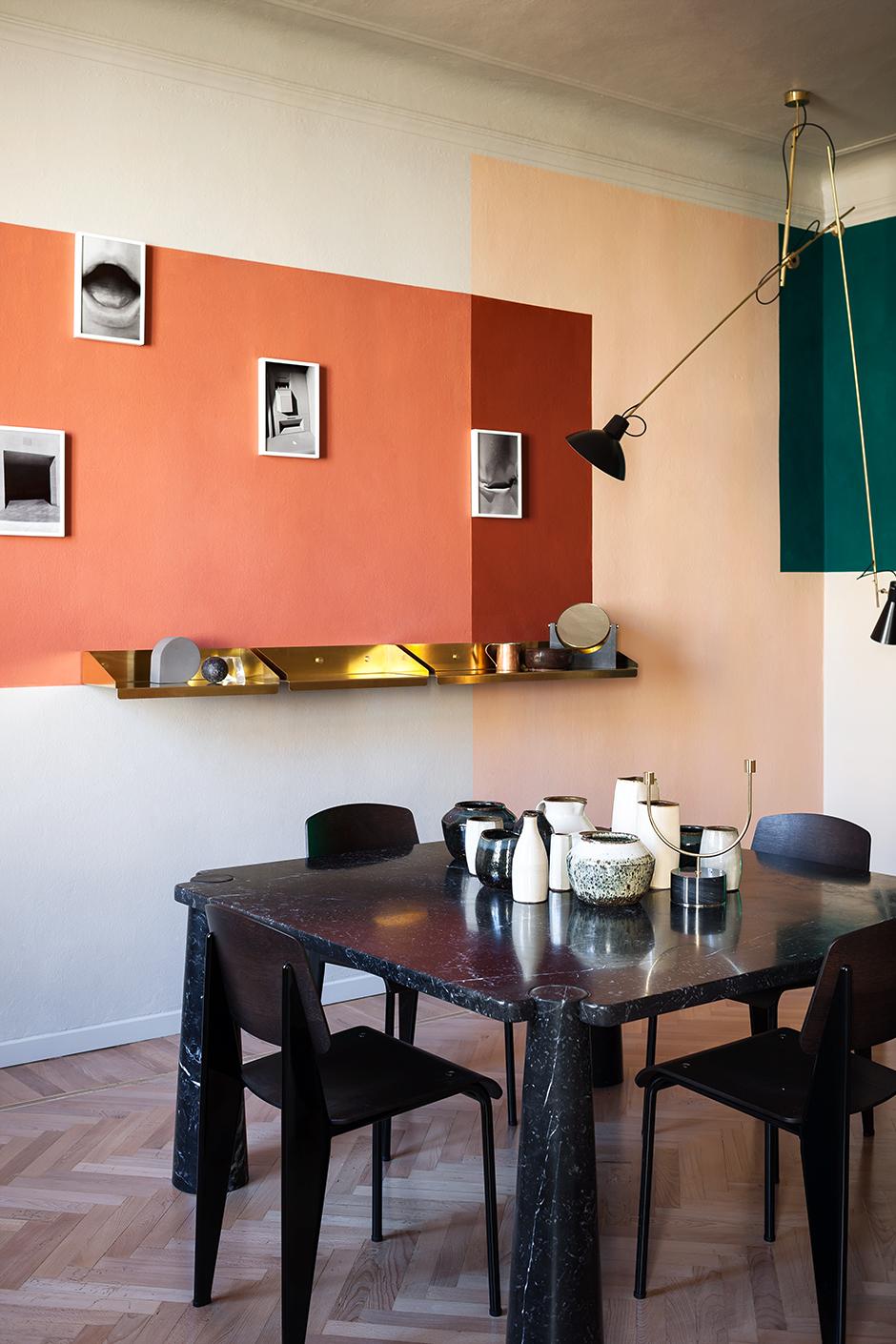 Разложить по полочкам: 15 симпатичных вариантов настенных полок и стеллажей (галерея 0, фото 12)