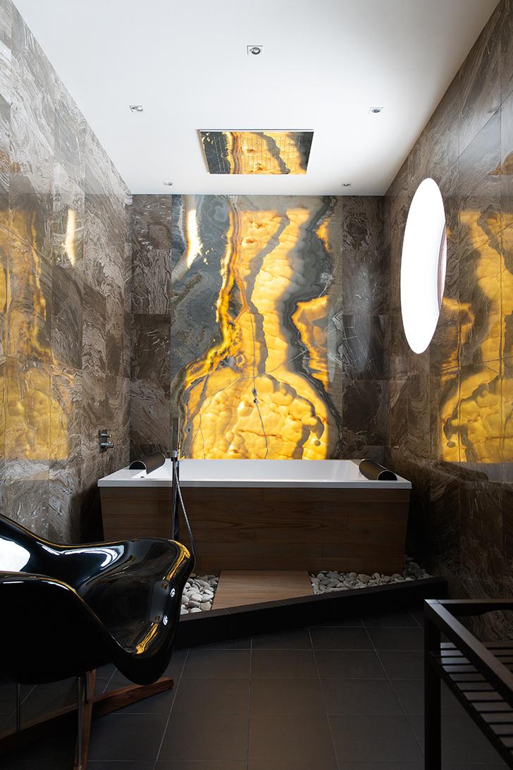 Ванная комната. Панно из оникса, ванна, «Цвет и Стиль», сантехника, Gessi.