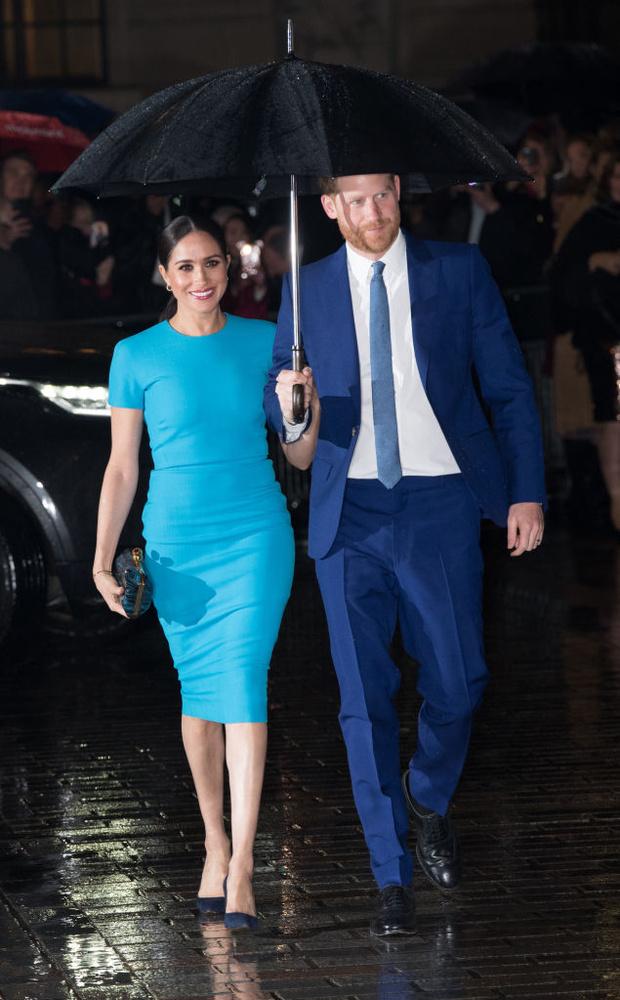 Голубой — цвет надежды:  Меган Маркл в соблазнительном платье (фото 1)