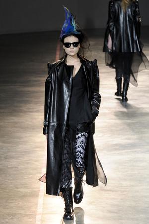 Показы мод Yohji Yamamoto Осень-зима 2011-2012 | Подиум на ELLE - Подиум - фото 2154