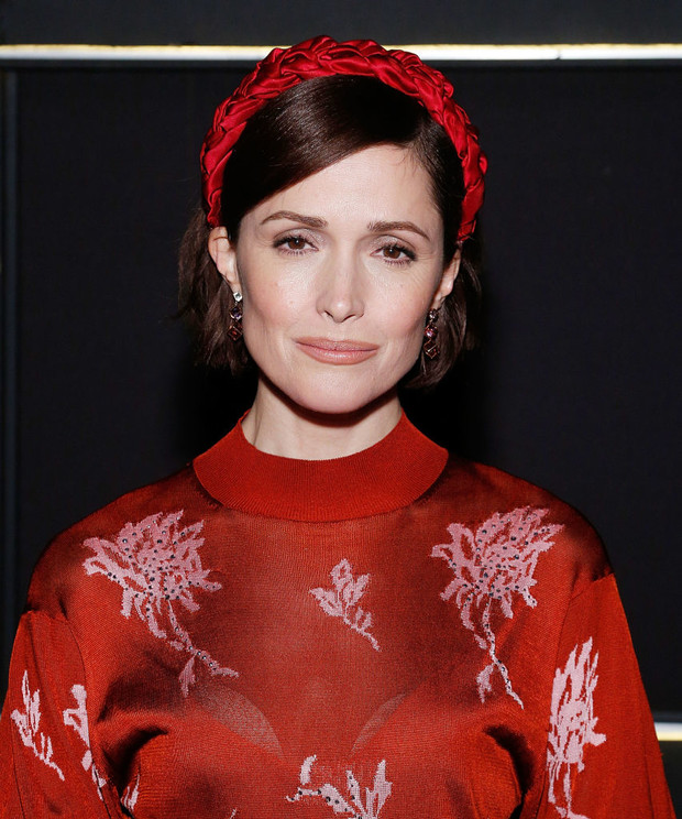Lady in red: Роуз Бирн в платье Chloé на театральной премьере (фото 2)