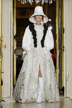 Показ Ulyana Sergeenko коллекции сезона Весна-лето  2016 года Haute couture - www.elle.ru - Подиум - фото 603019