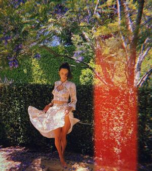 Цветочное платье – главная инвестиция в летний гардероб: доказывает Алессандра Амбросио (фото 3.2)