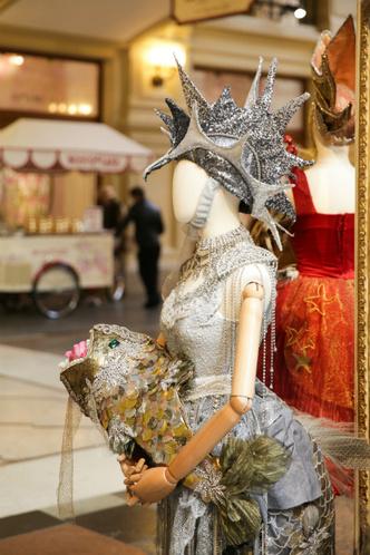 В ГУМе открылась выставка костюмов и украшений из фильма «Матильда» фото [2]