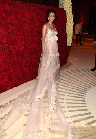 Триумфальное возвращение: Селена Гомес на Met Gala (фото 3.2)