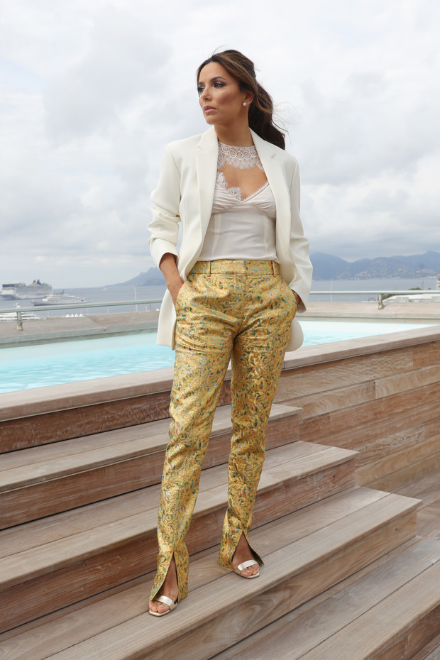 Тысяча оттенков золота: Ева Лонгория в блестящих брюках и бельевом топе (фото 1)