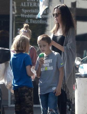 Анджелину Джоли сфотографировали за едой во время шопинга в Лос-Анджелесе фото [2]