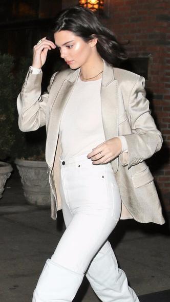 Смелое сочетание: Кендалл Дженнер в белых ботфортах и в атласном блейзере (фото 3)