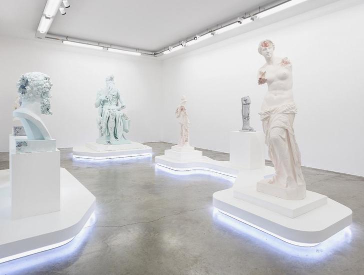 Античные скульптуры на выставке Дэниела Аршама в Париже (фото 11)