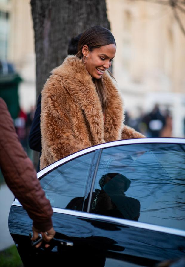 Как носить песочные оттенки зимой? Супермодель Джоан Смоллс и ее зимний образ в Париже (фото 4)
