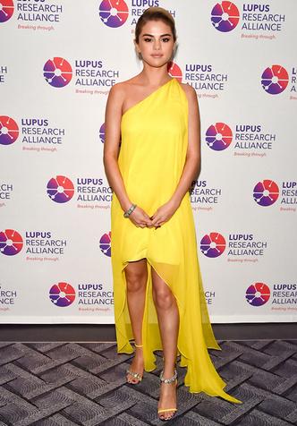 Блондинки предпочитают желтый: Селена Гомес в Calvin Klein (фото 1)