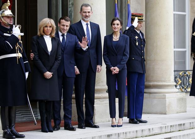 Встреча на высшем уровне: президент и первая леди Франции приняли в Париже испанскую королевскую семью (фото 1)
