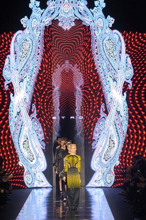 Показ Etro коллекции сезона Осень-зима 2013-2014 года Prêt-à-porter - www.elle.ru - Подиум - фото 519082