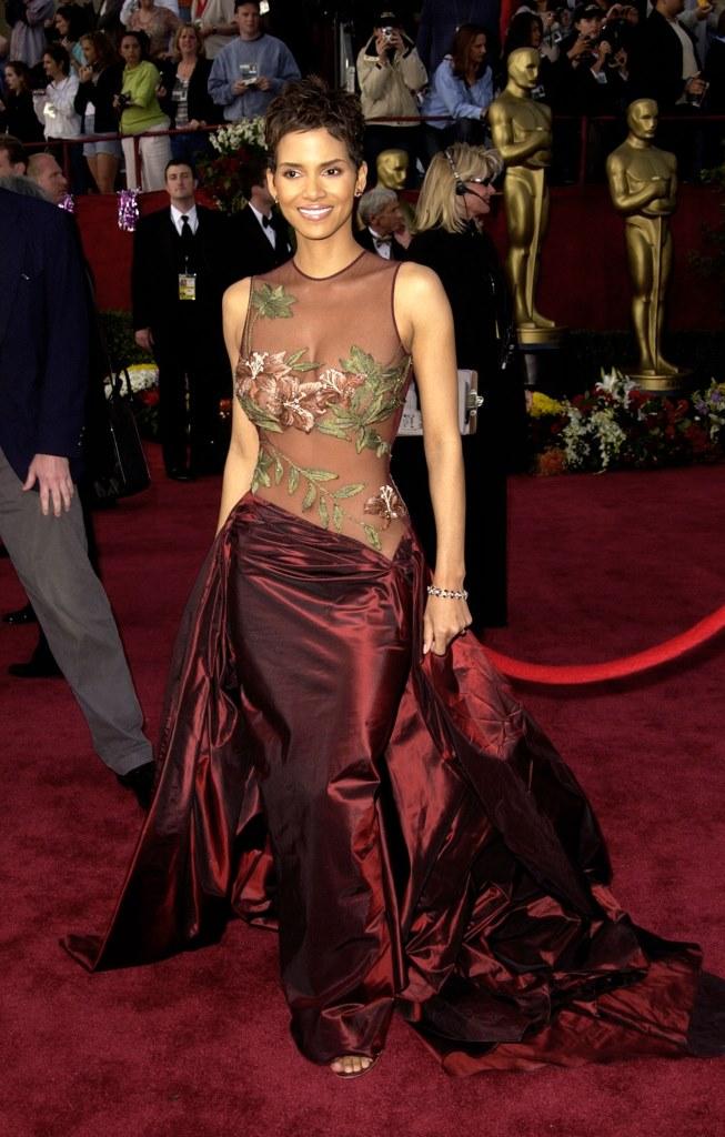 Холли Берри в платье Elie Saab на церемонии «Оскар» в 2002 году