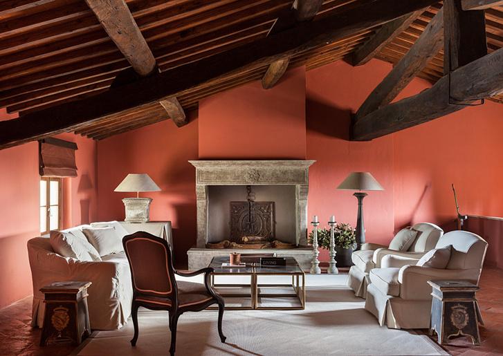 Гостевая комната расположена в мансарде рядом с домашним кинотеатром. Ее интерьер стал намного теплее и уютнее после того, как стены выкрасили в насыщенный терракотовый цвет. Антикварные столики куплены в Парме. Кресла, Marie's Сorner.