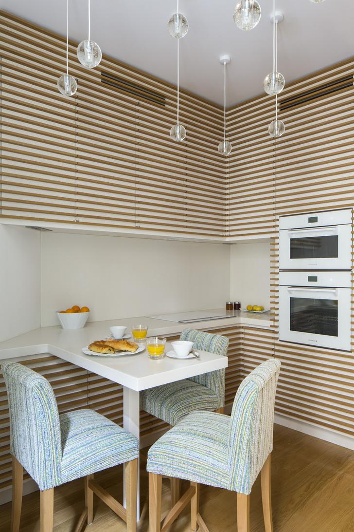 Кухня сделана на заказ из дуба и кориана по эскизам Брижит Саби, Atelier Reinhardt. Светильники, J.M. Création.