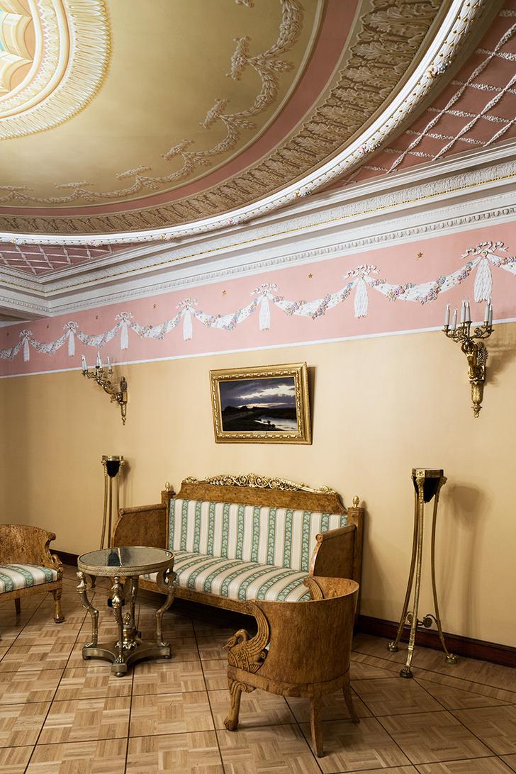 Золотая гостиная. Мебель выполнена из карельской березы с резными украшениями.