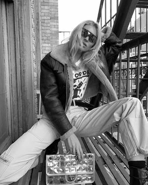 Из будущего: Эльза Хоск в очках District Vision с винтажной сумкой Chanel (фото 1.1)