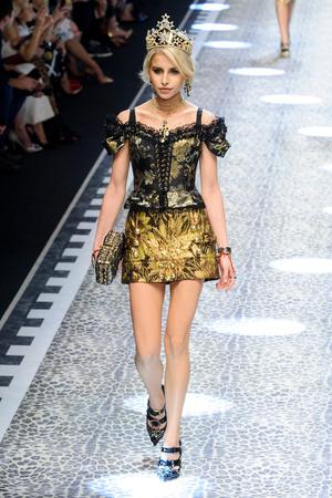 Показ Dolce & Gabbana коллекции сезона Осень-зима 2017-2018 года Prêt-à-porter - www.elle.ru - Подиум - фото 619368